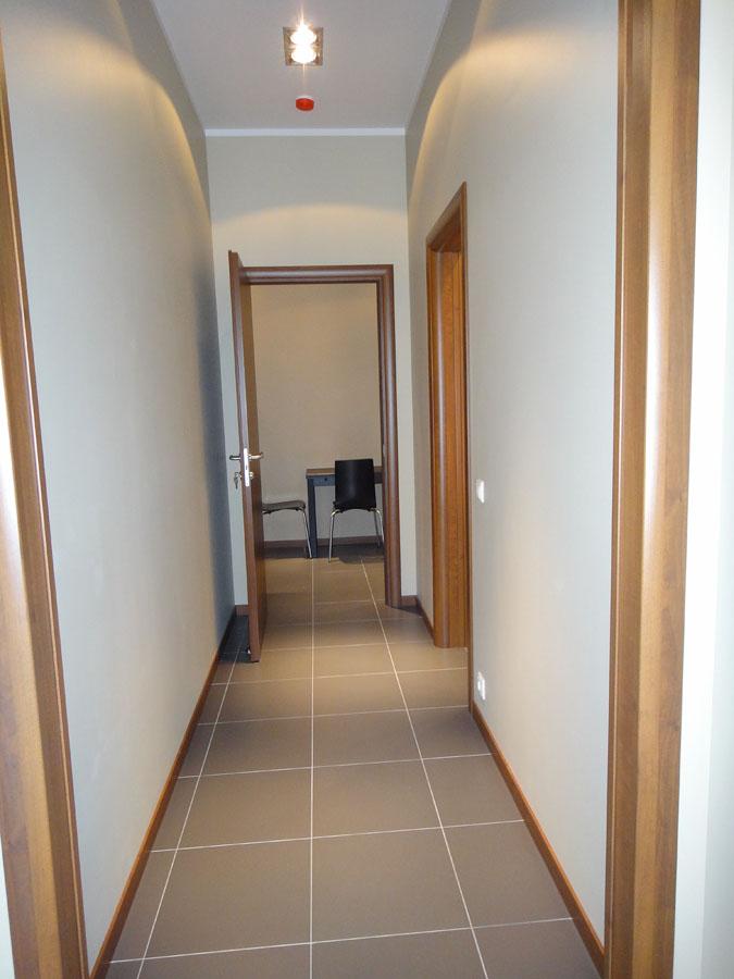 Часть офиса (74,2 кв. м.) - Первая комната (проходная), из которой можно пройти во вторую и третью комнаты, а так же к кухне, туалету и кладовке