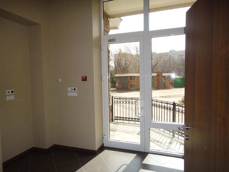Часть офиса (112,1 кв.м.) - Заходя в правую (большую) часть офиса, попадаем в проходную комнату симметричную той, что в левой (меньшей) части офиса. Из этой комнаты коридор ведет в остальные помещения.