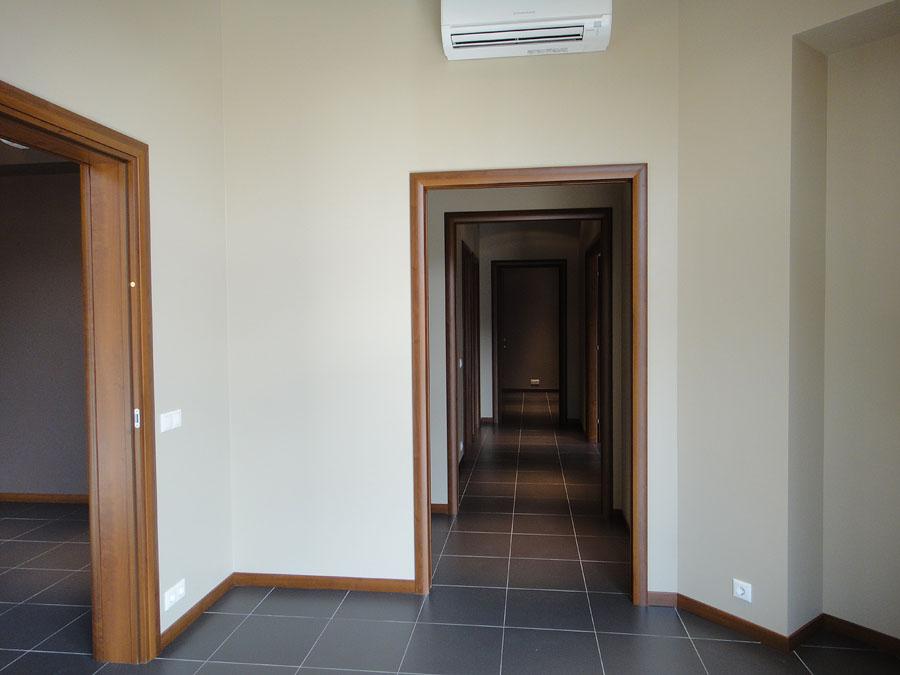 Часть офиса (112,1 кв.м.) - Из этой комнаты коридор ведет в остальные помещения. По левой стороне ниша для шкафа, вход в туалет и душевую, вход в кухню и кладовую; прямо — комната и вторая кладовая; справа — две комнаты
