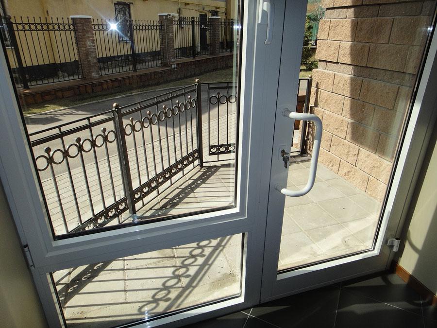 Вид из помещения на улицу через выходы на «террасы»